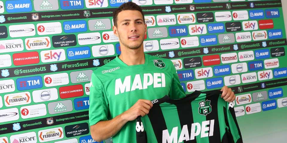 Luca Mazzitelli posa con la sua nuova maglia (foto: sassuolocalcio.it)