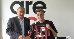 Riccardo Oddi posa con la sua nuova maglia (foto: Ac Milan Youth Sector)