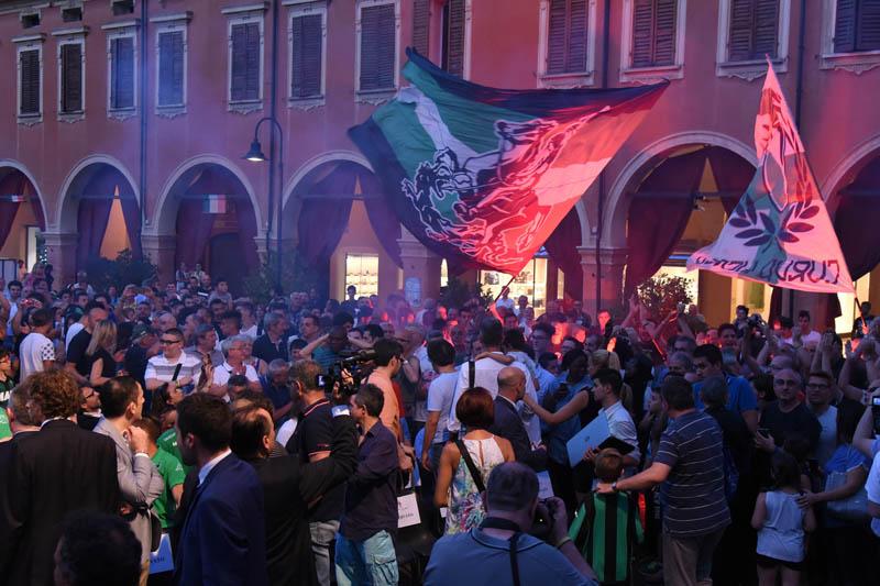 Piazza Piccola gremita di tifosi durante la presentazione della squadra (foto: sassuolocalcio.it)
