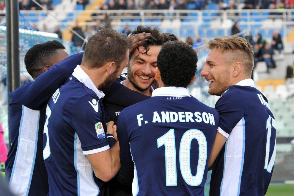Marco Parolo festeggiato dai compagni dopo una delle reti siglate contro il Pescara (fonte: repubblica.it)